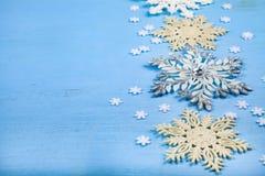 Snowflakes Χριστουγέννων στην μπλε ανασκόπηση στοκ εικόνα με δικαίωμα ελεύθερης χρήσης