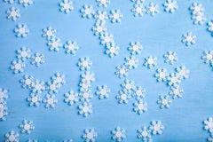 Snowflakes Χριστουγέννων στην μπλε ανασκόπηση στοκ φωτογραφία με δικαίωμα ελεύθερης χρήσης