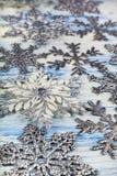 Snowflakes Χριστουγέννων στην μπλε ανασκόπηση στοκ εικόνες με δικαίωμα ελεύθερης χρήσης