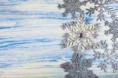 Snowflakes Χριστουγέννων στην μπλε ανασκόπηση στοκ εικόνες