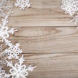 Snowflakes Χριστουγέννων στο ξύλινο υπόβαθρο Στοκ Εικόνες