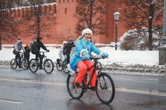 Snowgirl rider längs väggarna av Kreml i vintern fotografering för bildbyråer