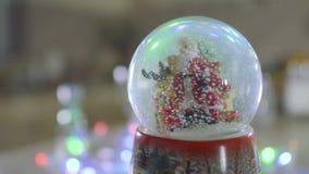 Snowglobe avec l'intérieur en baisse de neige - décoration de Noël banque de vidéos
