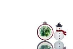 Snowglobe con el árbol de navidad dentro con el muñeco de nieve, espacio de la copia Fotografía de archivo libre de regalías