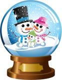 Snowglobe con la familia feliz del muñeco de nieve bajo nevadas Fotografía de archivo