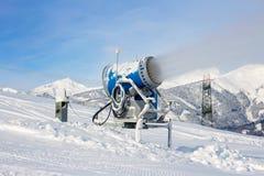 Snowgun che fa neve artificiale Fotografie Stock