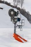 Snowgun is op een berg. Stock Foto