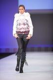 snowimagen för catwalkmodemodell går wear Arkivfoto