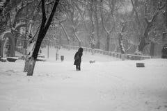 Snowing miastowy krajobraz z ludźmi Fotografia Stock