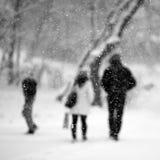 Snowing miastowy krajobraz z ludźmi przechodzi obok Zdjęcia Stock