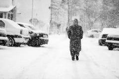 Snowing miastowy krajobraz z ludźmi przechodzi obok Fotografia Stock