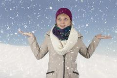 Snowing på en ung kvinna med hatten och scarfen Royaltyfri Fotografi