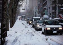 Snowing uliczny ruch drogowy w ponurej zimie Zdjęcia Royalty Free