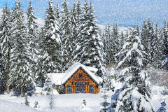 SNOWING WINTER CABIN Royalty Free Stock Photography