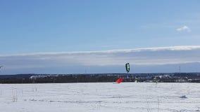 Snowkiting auf einem Snowboard stock video footage