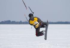 Snowkiting på en djupfryst sjö Royaltyfria Foton