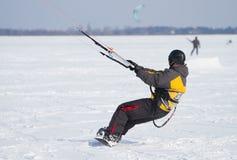 Snowkiting på en snowboard Royaltyfri Foto