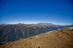 Snowly góry w szwajcarach blisko Genewa, niebieskiego nieba, Eurone natury, kamieni i świeżego powietrza, obrazy stock