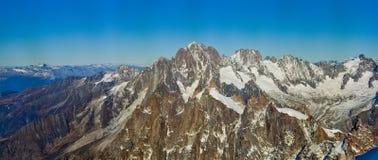 Snowly góry w szwajcarach blisko Genewa, niebieskiego nieba, Eurone natury, kamieni i świeżego powietrza, Switzerland zdjęcie royalty free