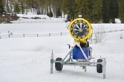 Snowmaker giallo del cannone della neve Fotografie Stock Libere da Diritti