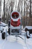 Snowmaking es la producción de nieve en cuestas del esquí Imágenes de archivo libres de regalías
