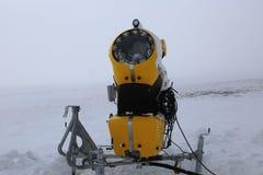 Snowmaking-Maschine lizenzfreie stockbilder