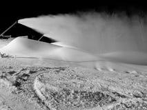 Snowmaking nachts für das Ski fahren stockfoto
