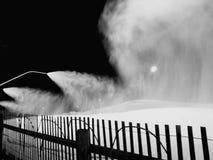Snowmaking på natten för att skida Arkivbilder