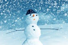 Snowman i det santa locket och snow Royaltyfria Foton