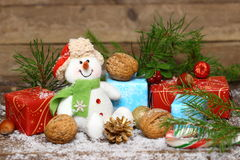 Snowman med gåvor Royaltyfri Bild