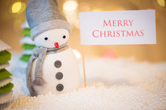 Snowman with Merry Christmas sign Royalty Free Stock Photography