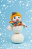 Snowman på en blå bakgrund arkivbilder