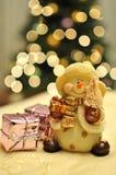 Snowman vid jultreen Arkivbild