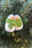 Snowmans和雪花在圣诞树 库存图片