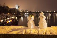 Snowmans и Карлов мост как предпосылка, чехия Стоковая Фотография