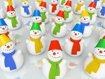 Snowmans coloridos de la Navidad en bufandas en pista de patinaje Fotos de archivo libres de regalías