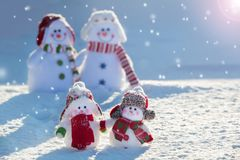 Snowmans de famille sur la neige Photos stock