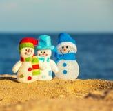 Snowmans på sand royaltyfri bild
