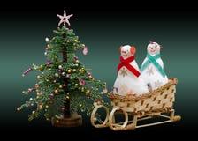 Snowmans suaves hechos a mano del juguete dos en un trineo y un árbol del Año Nuevo Fotos de archivo libres de regalías