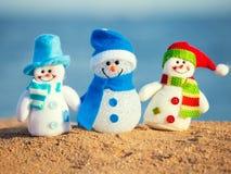 Snowmans sur le sable Photos stock