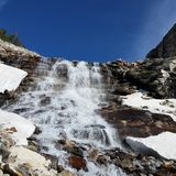 Snowmelt-Abfluss über einem Gletscher geschnitzten Wasserfall Lizenzfreies Stockbild
