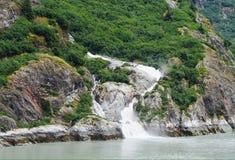 Snowmelt schuf die Flussableitung des Bergabhanges in Fluss Lizenzfreies Stockbild
