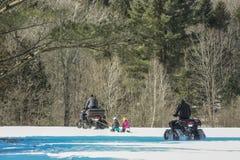 Snowmobil en el bosque fotografía de archivo