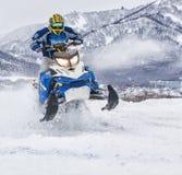 Snowmobile на трассе в скачке в воздухе в Камчатке стоковое изображение