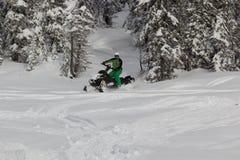 Snowmobile al jinete Foto de archivo