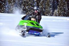 Snowmobile in der Tätigkeit Stockbilder