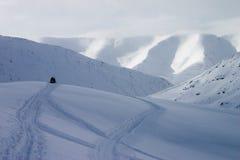 Snowmobile en la parte superior de la montaña Fotografía de archivo libre de regalías