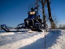 Snowmobile et ciel bleu Photographie stock