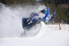 Snowmobile-Mitfahrer-Springen Stockfoto