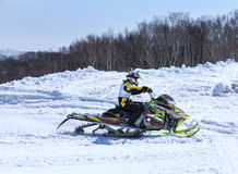 Snowmobile na Kamchatka górach Zdjęcia Stock